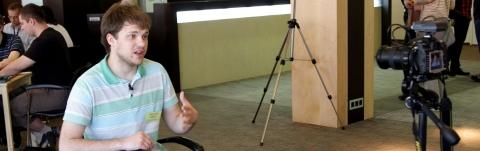 Дима Зубко дает интервью репортеру из