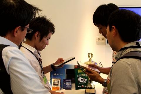 Японские участники изучают призы
